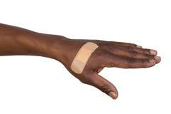 Main avec le bandage adhésif d'isolement sur le blanc Images libres de droits