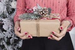 main avec le cadeau photographie stock libre de droits