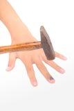 Main avec le clou meurtri, d'isolement sur le fond blanc photos libres de droits