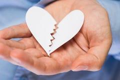 Main avec le coeur de papier cassé Photo stock