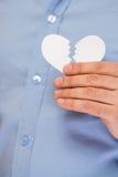 Main avec le coeur de papier cassé Photographie stock