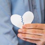 Main avec le coeur de papier cassé Images libres de droits