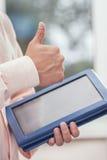 Main avec le contact de comprimé Photos libres de droits