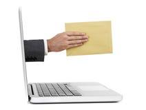 Main avec le courrier hors de l'ordinateur portable Image stock