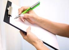 Main avec le crayon lecteur Image libre de droits