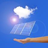 Main avec le panneau solaire image libre de droits