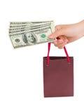 Main avec le sac à provisions d'argent image stock