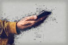 Main avec le smartphone, concept d'e-actualités Images libres de droits