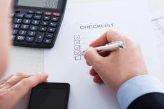 Main avec le stylo au-dessus du formulaire de demande Photo stock