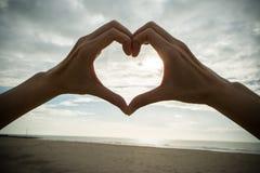Main avec le symbole d'amour Image stock
