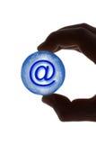 Main avec le symbole de globe et d'email Images stock