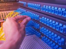 Main avec le transfert des données par la fibre optique images libres de droits