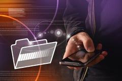 Main avec les dossiers de transfert de téléphone intelligent mobile au dossier de nuage photos stock
