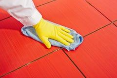 Main avec les gants jaunes Image libre de droits