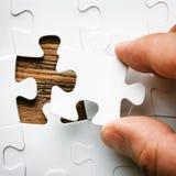 Main avec manquer le morceau de puzzle denteux Image de concept d'affaires pour accomplir le morceau final de puzzle Photos stock