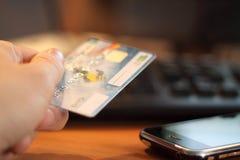 Main avec par la carte de crédit Images stock