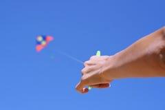 Main avec un cerf-volant Photographie stock libre de droits