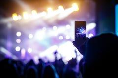 Main avec un festival de musique en direct de disques de smartphone, concert vivant, concert vivant images libres de droits