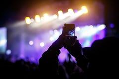 Main avec un festival de musique en direct de disques de smartphone, concert vivant, concert vivant photo stock
