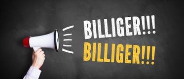 Main avec un mégaphone devant un tableau noir avec le ` de message meilleur marché ! Meilleur marché ` images libres de droits