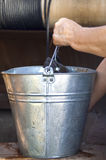 Main avec un seau de l'eau Image stock