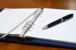 Main avec une écriture de crayon lecteur sur le livre blanc Image stock