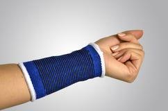 Main avec une accolade orthopédique de poignet images libres de droits