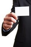 Main avec une carte de visite professionnelle de visite blanche Photos libres de droits