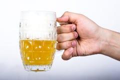 Main avec une glace de bière Photographie stock libre de droits
