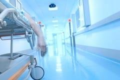 Main balançante sans vie à l'intérieur de l'hôpital Images stock