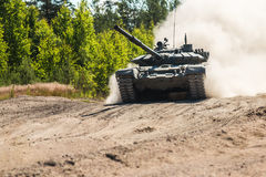 Main battle tank are going to dust on the ground Royalty Free Stock Photos