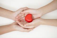 Main belle d'homme tenant le coeur rouge dans le style de vintage Valentine c Photo stock