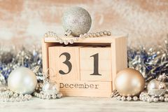 Main changeant le calendrier en bois avec différentes décorations de nouvelle année images libres de droits