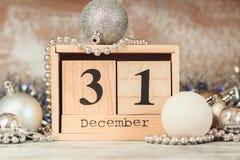 Main changeant le calendrier en bois avec différentes décorations de nouvelle année photo stock