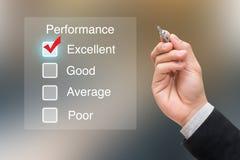 Main cliquant sur l'évaluation des performances sur l'écran virtuel Photo libre de droits