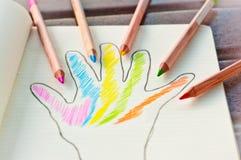 Main colorée, crayons colorés 1 Images libres de droits