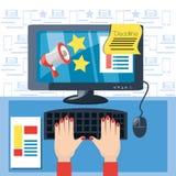 Main colorée introduisant au clavier et à l'aide de l'ordinateur le marketing numérique Photographie stock