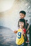 Main contagieuse de frère sa soeur et sourire heureux ensemble Cre Photographie stock