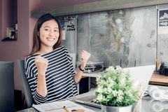 Main créative asiatique de concepteur vers le haut de succès avec le visage de sourire environ photos libres de droits
