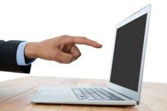 Main cultivée d'homme d'affaires se dirigeant sur l'ordinateur portable photographie stock