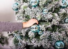 Main décorant un arbre de Noël Photo stock
