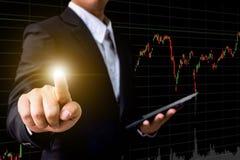 Main d'écran virtuel émouvant d'homme d'affaires avec le marché boursier ch Image libre de droits