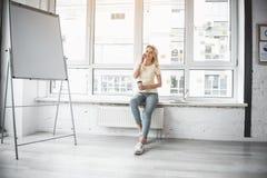Main-d'œuvre féminine ayant la pause de café photos libres de droits