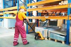 Main-d'œuvre féminine d'entrepôt au travail image libre de droits