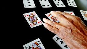 Main d'aîné jouant des cartes Photo libre de droits