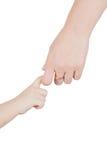 Main d'adulte de fixation de main d'enfant en bas âge photos libres de droits