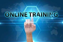 Main d'affaires appuyant sur le bouton de formation en ligne Photographie stock libre de droits