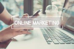 Main d'affaires dactylographiant sur un clavier d'ordinateur portable avec le marketing en ligne photos libres de droits