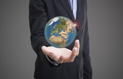 Main d'affaires jugeant des affaires de concept de la terre de globe sociales Photo stock
