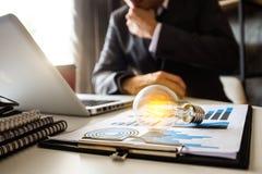 Main d'affaires montrant la stratégie commerciale créative photos stock